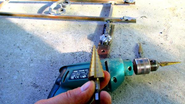 Как правильно вставить сверло в дрель и как его снять?