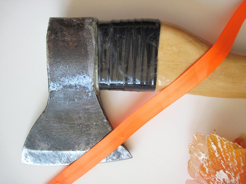 Как насадить топор на топорище, заточить инструмент, и правильно его использовать