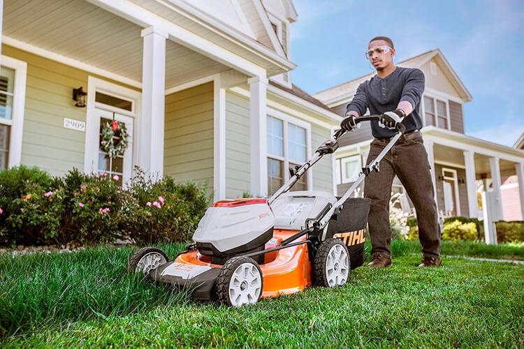 Какая газонокосилка лучше — электрическая или бензиновая