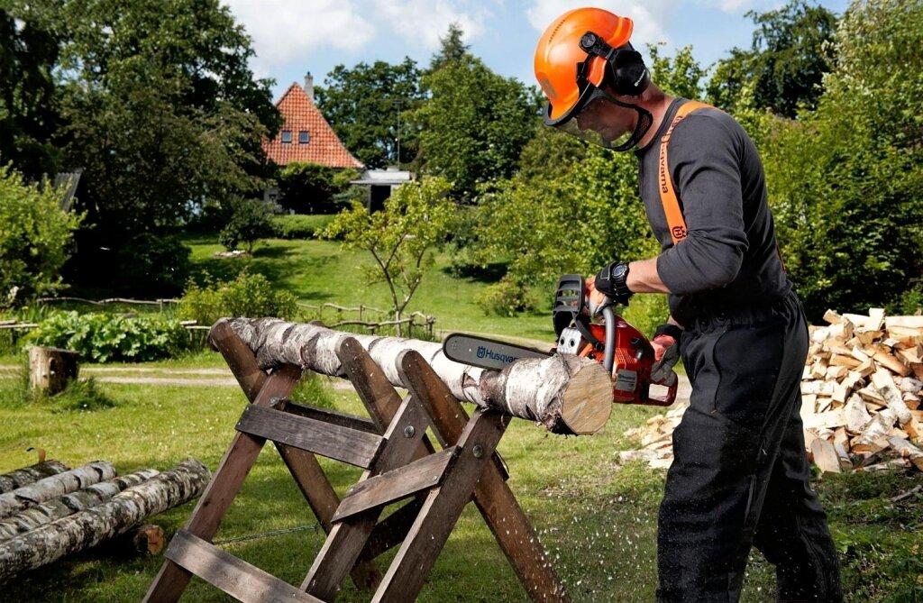Работа с бензопилой: полезные советы, которые помогут эффективно и безопасно пользоваться инструментом, а также как правильно спилить дерево в нужном направлении