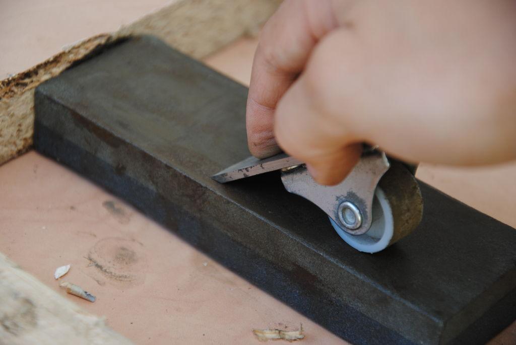 Приспособление для заточки ножей для рубанка. регулировка, заточка и установка ножей для электрорубанка в домашних услоиях