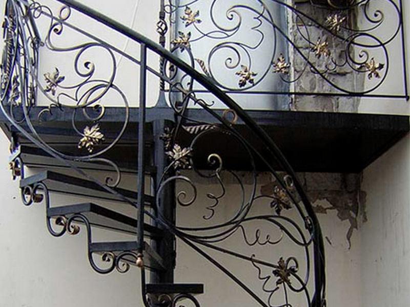 Кованые лестницы в доме на второй этаж: безопасность и привлекательный дизайн