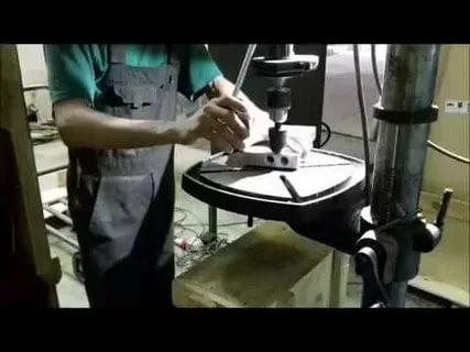Процесс нарезания внутренней резьбы на сверлильном станке