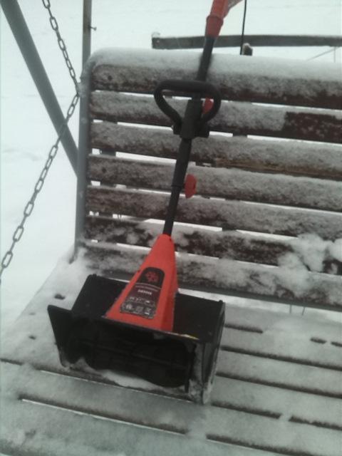 Электролопата или лопата со шнеком: что лучше для уборки снега?