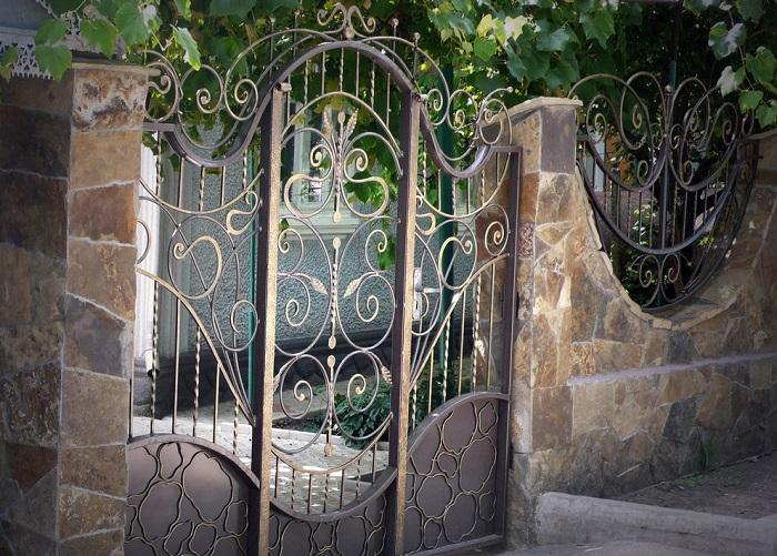 Кованые ворота (77 фото): конструкции и калитки с ковкой, заборы по эскизам своими руками, красивые распашные и ажурные изделия