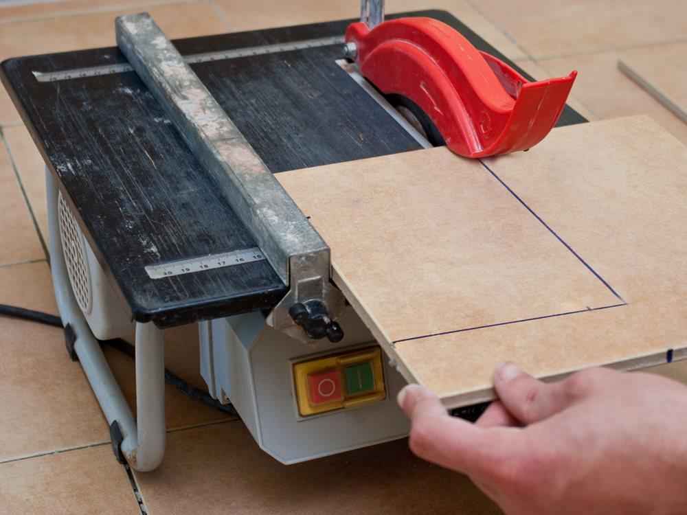 Как резать плитку болгаркой без сколов в домашних условиях: советы по выбору дисков и технике резки