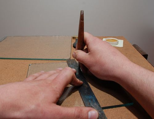 Как резать стекло стеклорезом правильно