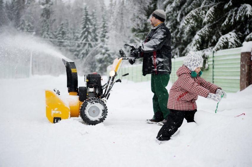 Бензиновый снегоуборщик: рейтинг лучших снегоочистителей по надежности. особенности ручных снегоуборочных машин, характеристики снегоотбрасывателя kawashima kcm24-f и других. отзывы владельцев