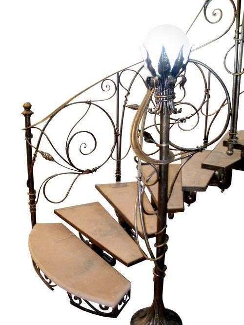 Кованые винтовые лестницы: спиральные конструкции на второй этаж, в маленький проем, белые и черные, металлические и с деревянными ступенями, готовые и на заказ