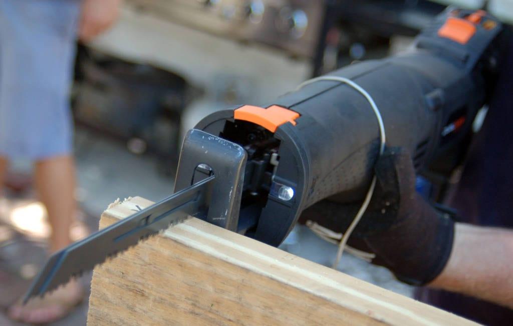 Рейтинг электрических сабельных пил по металлу и дереву – какую лучше выбрать для домашнего использования?