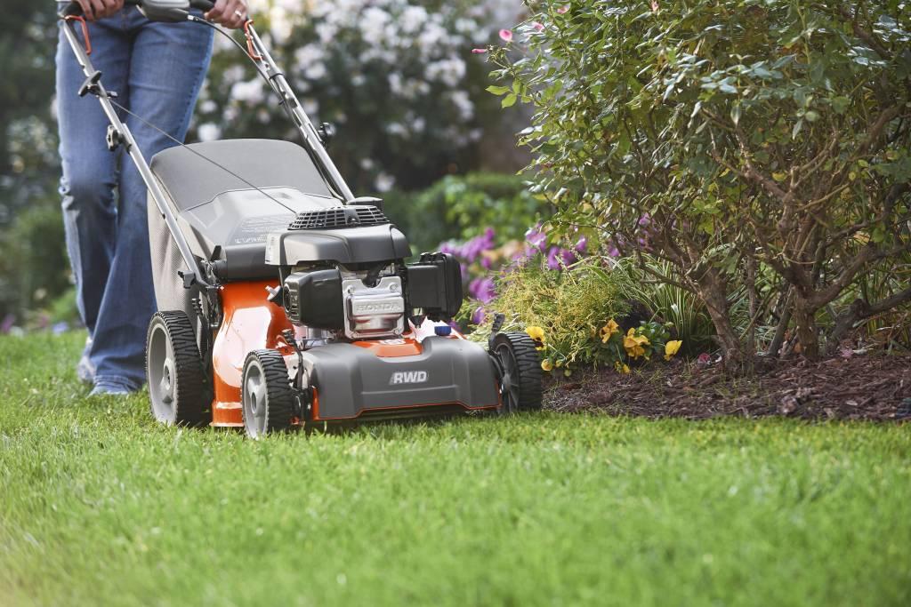 Как выбрать газонокосилку для дачи и неровного участка: на какие параметры обратить внимание и популярные фирмы-производители