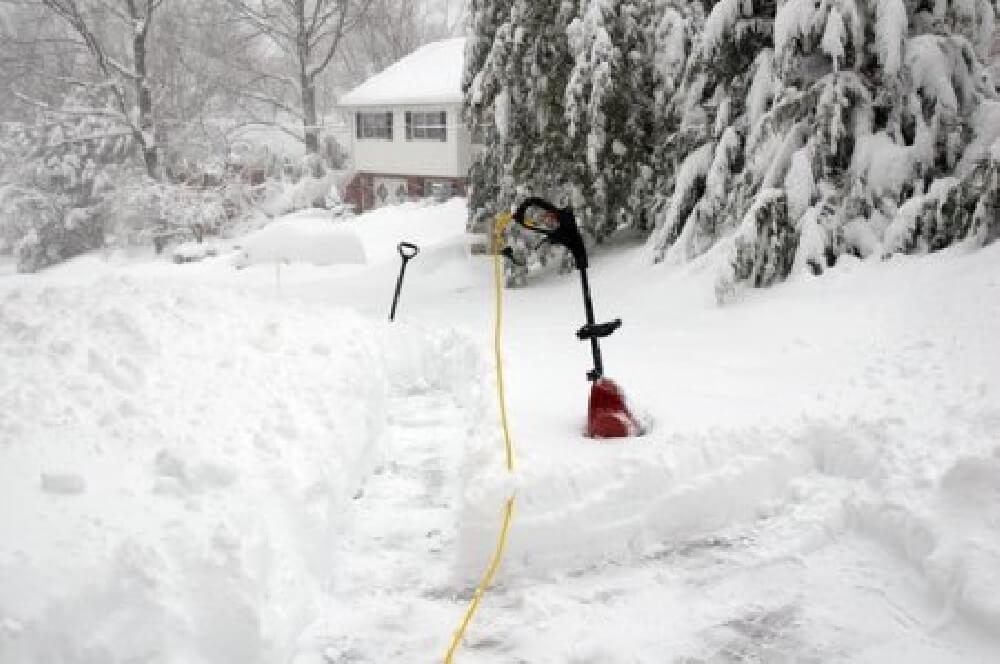 Топ-8 аккумуляторных снегоуборщиков: рекомендации по выбору