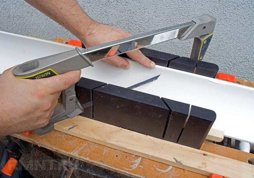 Как сделать угол на потолочном плинтусе без стусла?