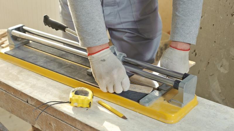 Как пользоваться ручным плиткорезом: пошаговая инструкция