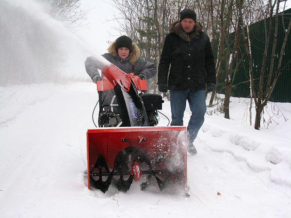 Электролопата для уборки снега и отзывы на несколько аппаратов на видео