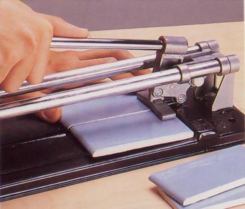 Как выбрать плиткорез: ручной или электрический, что лучше, как резать плитку, с видео