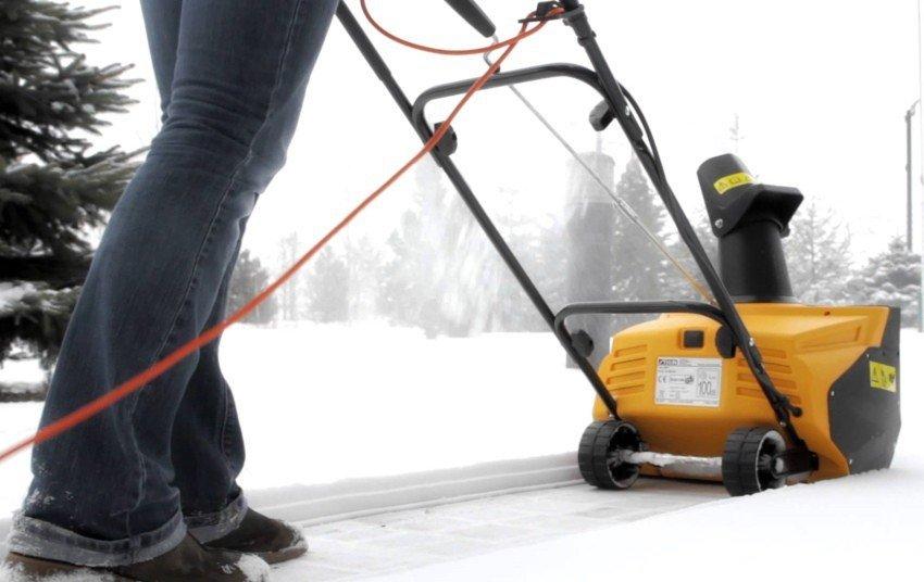 Электролопата для уборки снега: принцип работы, особенности использования