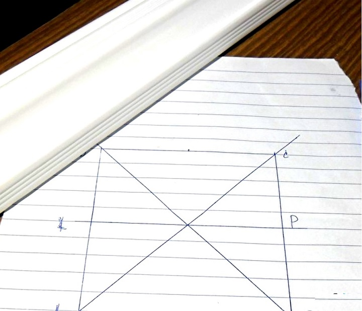 Как правильно обрезать потолочный плинтус в углах – варианты и способы для плинтусов из разных материалов