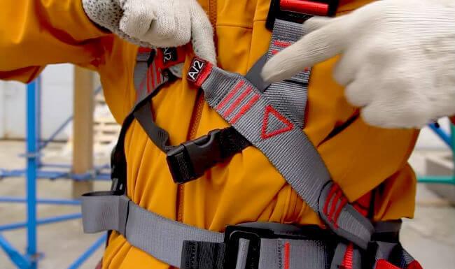 Учимся правильно выбирать страховочную привязь с плечевыми и ножными лямками