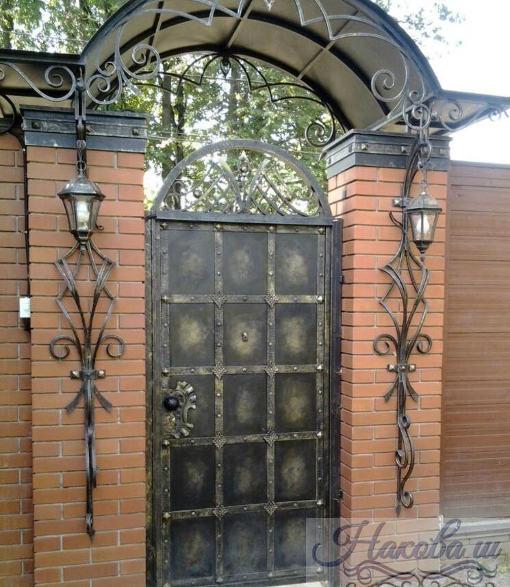 Кованые калитки и заборы, а также другие металлические изделия и их сочетания: козырьки, цветочницы, навесы, оконные решетки, ограды, двери; декоративные элементы