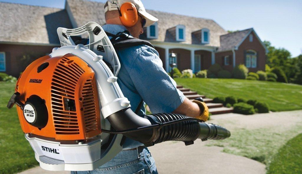 Как выбрать хорошую бензиновую воздуходувку: рейтинг топ-5 лучших садовых моделей