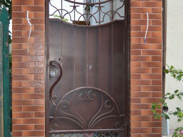 Кованые заборы и ворота: выбора материала, применение в ландшафтном дизайне + фото идеи