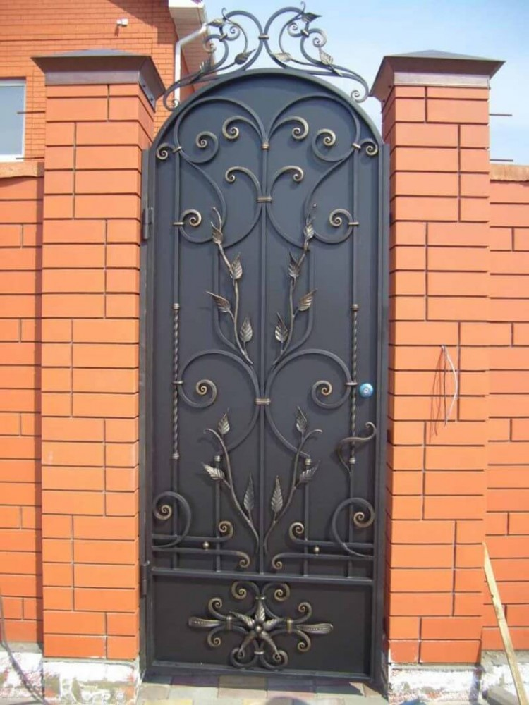 Кованые ворота с калитками: для частного дома, с забором и другие виды, художественная и холодная ковка, рисунки и образцы, фото и видео