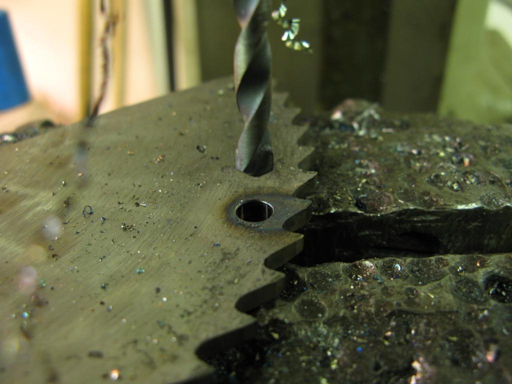 Как просверлить в металле отверстие большого диаметра - сделай своими руками