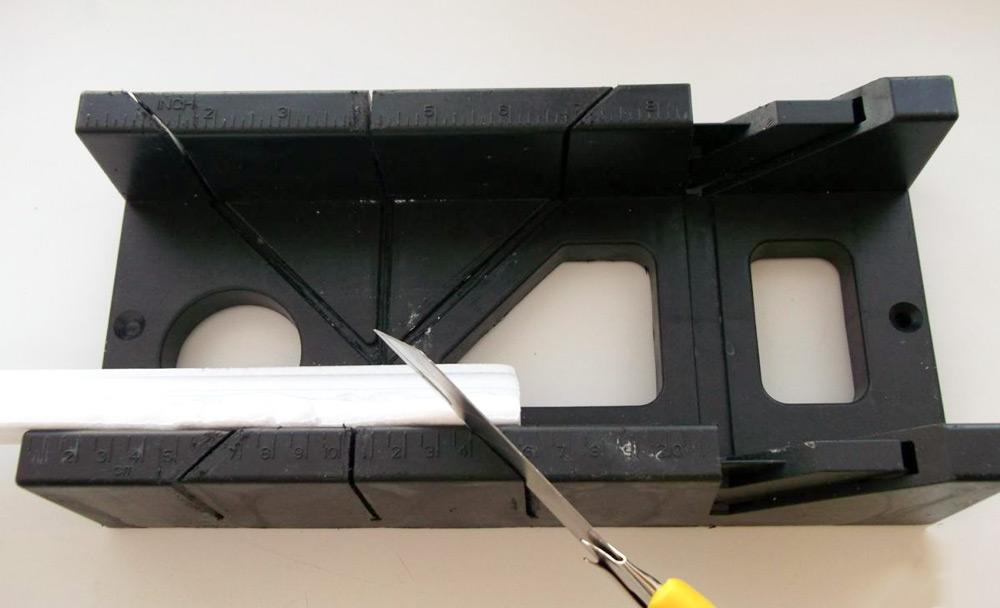 Как использовать стусло для потолочных плинтусов