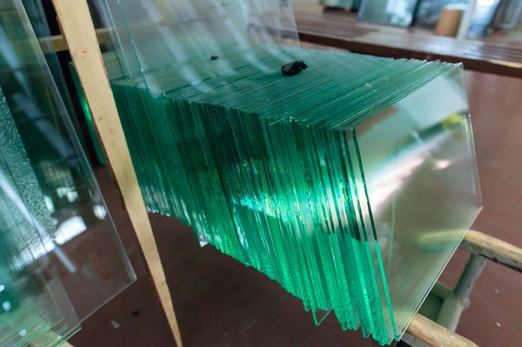 Особенности резки стекла и зеркала своими руками: инструмент, подготовка к работе, технология резки