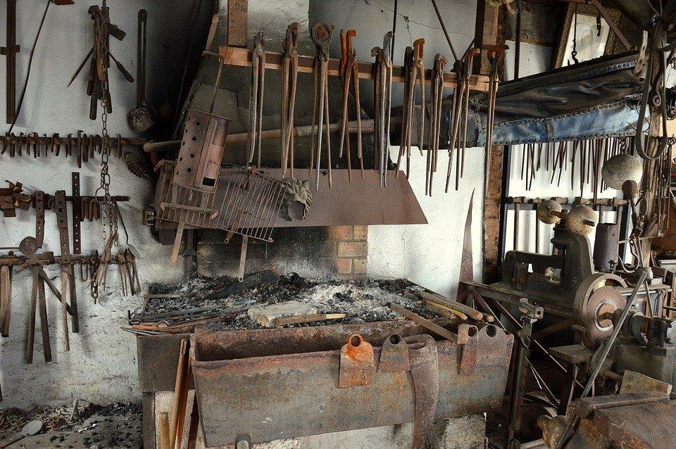 Инструмент кузнеца и приспособления: топоры, подсечки и прочие, основные и вспомогательные, для ручной (художественной) и холодной ковки металла, для кузницы, фото