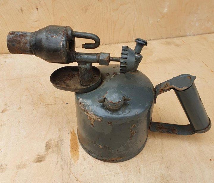 Как залить бензин в паяльную лампу