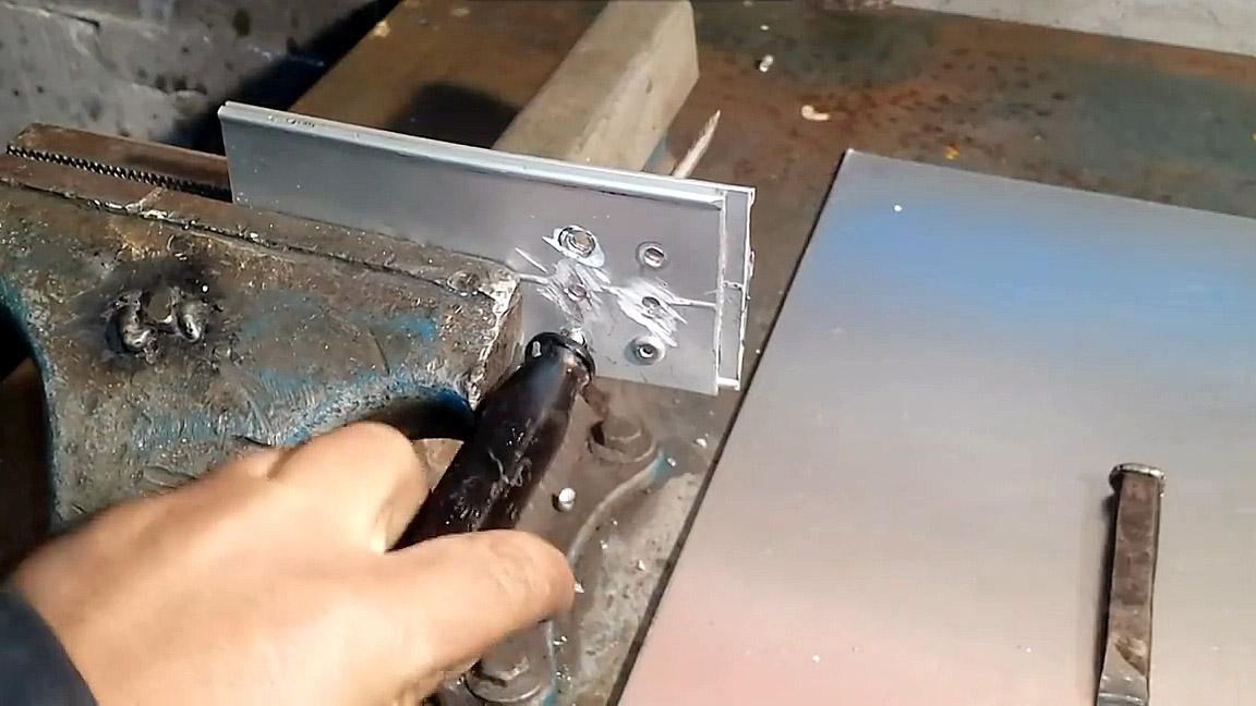 Как починить пуговицу на джинсах: правила ремонта и замены, способы установки