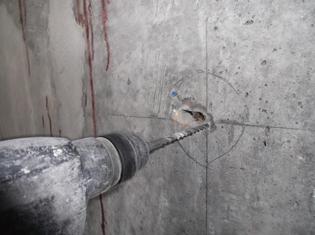 А как правильно просверлить дырку в бетонном потолке