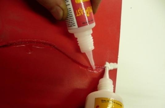 Чем склеить пластмассу намертво: выбираем клей для пластика