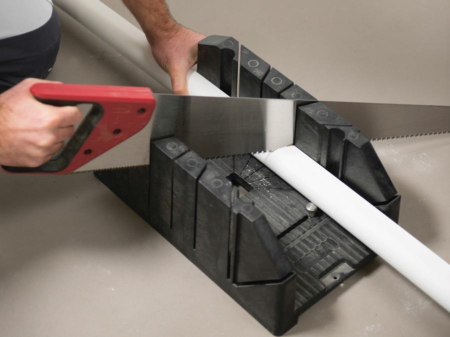 Как правильно отрезать потолочный плинтус для внутренних и внешних углов используя стусло, фото и видео примеры