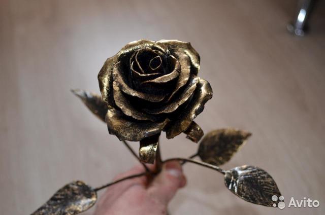 Кованые розы (41 фото): ковка из металла своими руками по чертежам, розы в вазе и на подставке, особенности и сферы использования