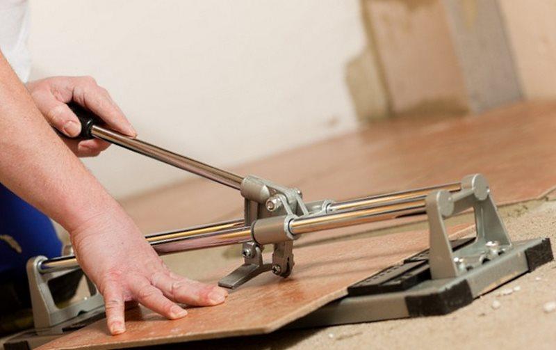 Как пользоваться плиткорезом? как резать плитку ручным плиткорезом и правильно работать с электрическим? как разрезать волнистую плитку роликовым плиткорезом для домашнего использования?