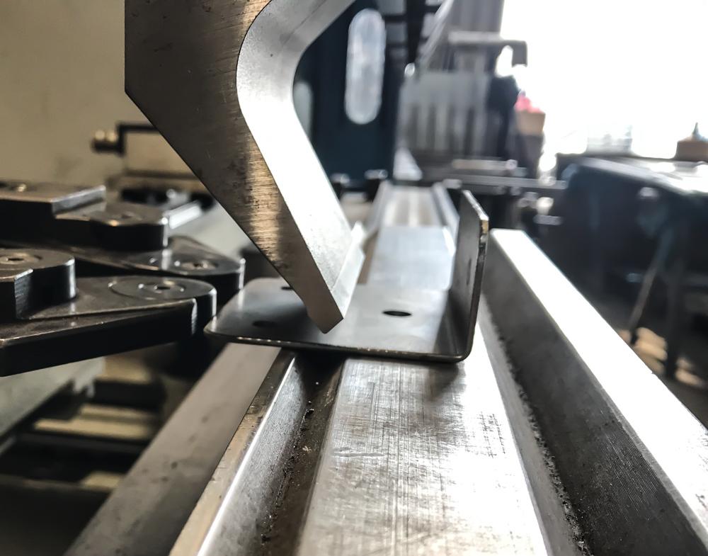 Как и на каком оборудовании выполняется резка и гибка металла?