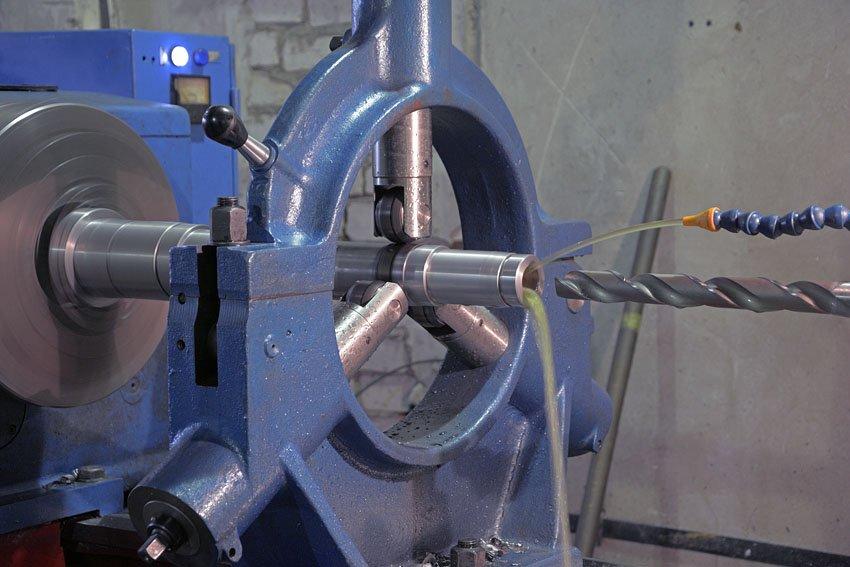 Инструмент и приемы центрования отверстий - разметка центровых отверстий, центрование и сверление на токарном станке - совершенствование навыков выполнения слесарных и токарных работ