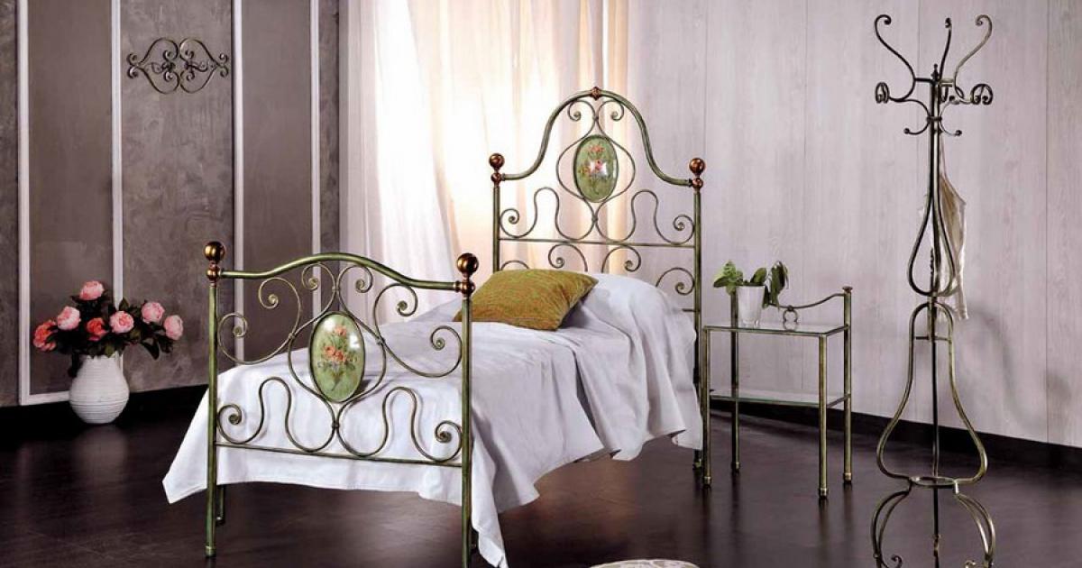 Кованые кровати в интерьере — 75 фото лучших идей