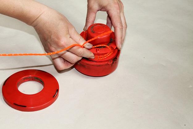 Как вставить леску в полуавтоматическую катушку триммера - xl-info.ru