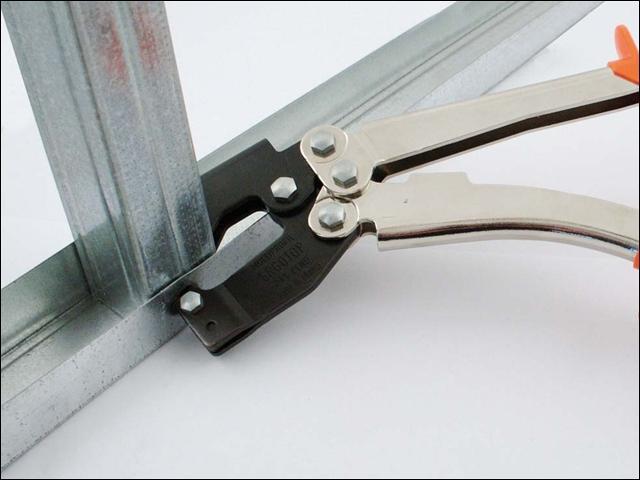 Просекатель для металлического профиля под гипсокартон: игольчатый валик и шуруповерт для гипсокартона