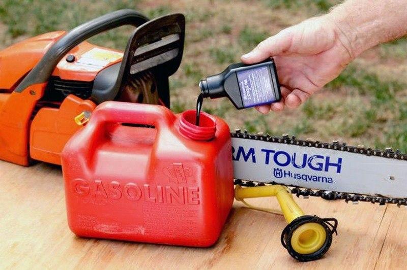 Какой бензин нужно заливать в бензопилу и как заправить устройство