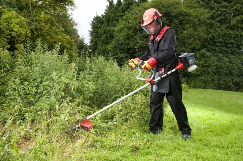 Как правильно косить траву триммером с леской: установка механизма и подготовка триммера к работе. правильные способы покоса