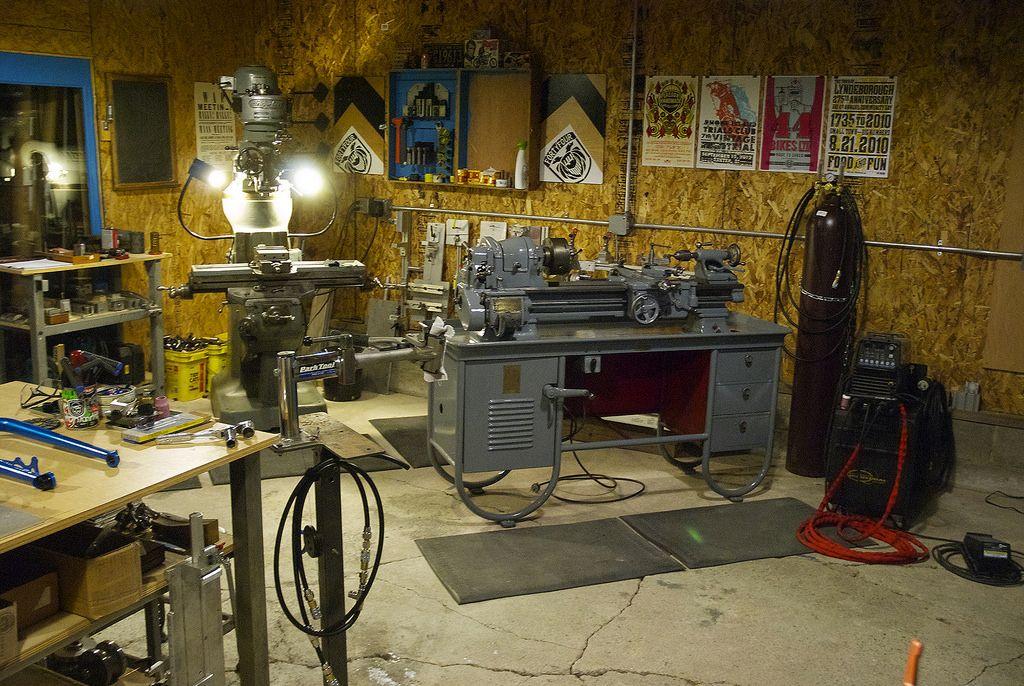 Как обустроить гараж внутри своими руками, приспособления и полезные самоделки