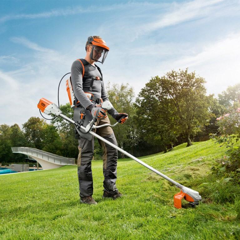Как косить траву триммером? 26 фото как держать его при покосе? как правильно им пользоваться при кошении высокой травы на газоне?