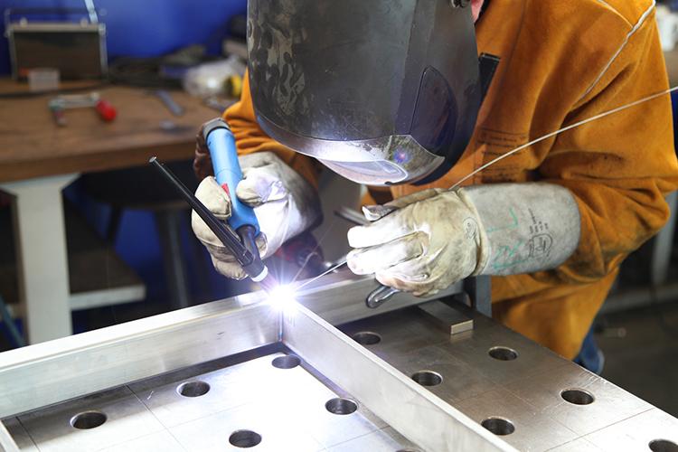 Сварка тонкого металла электродом – сложности, преимущества, выбор параметров инвертора и электродов, техника, рекомендации новичкам