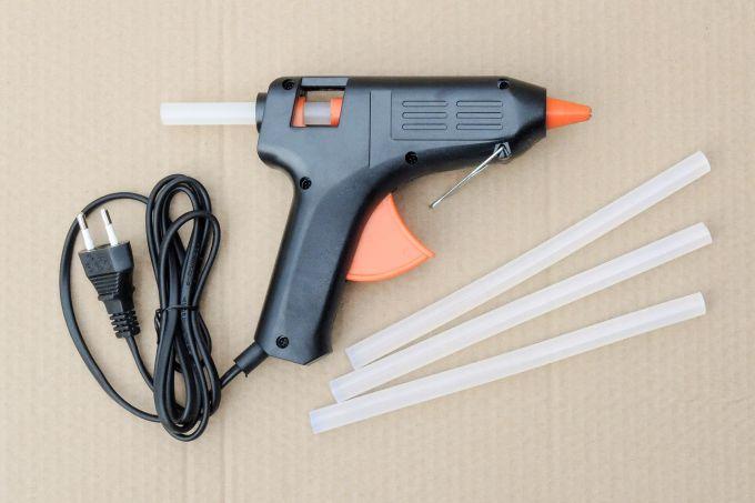 Клеевой пистолет: где купить и как пользоваться прибором?