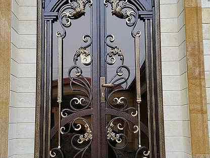 Кованые ворота, фото видов: с калиткой, откатные и распашные, с профнастилом, с виноградной лозой и другими элементами, художественная горячая и холодная ковка